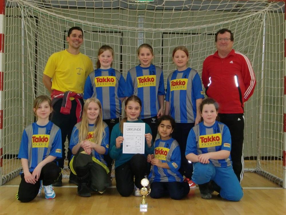 Die siegreiche Fußball- Mädchenmannschaft 2014