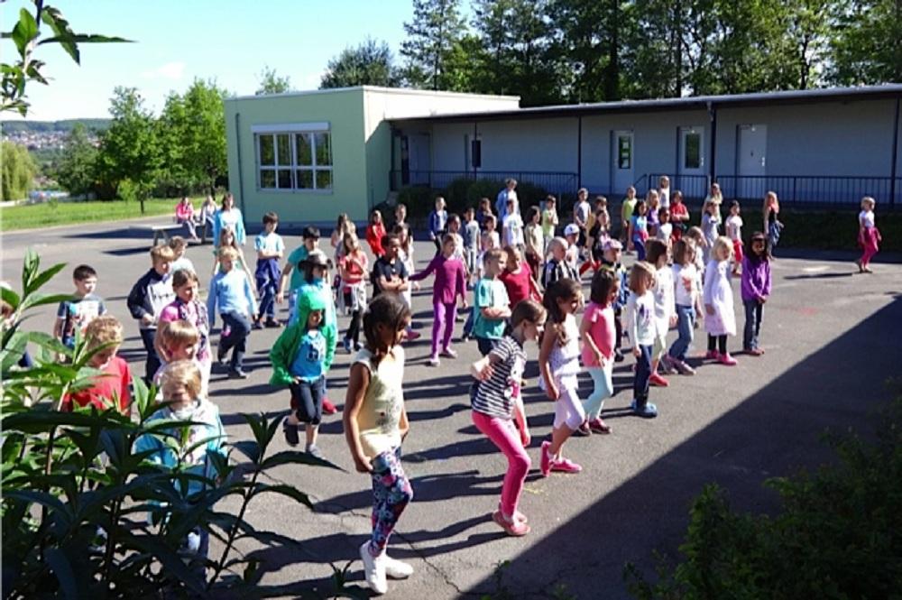 Eine von vielen Tanzaktionen auf dem Schulhof